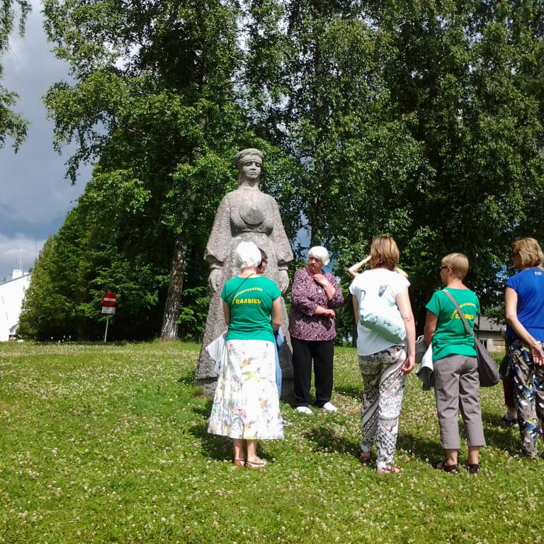 Raabikud Seto lauluema Ilana Taarka monumendi juures Obinitsas